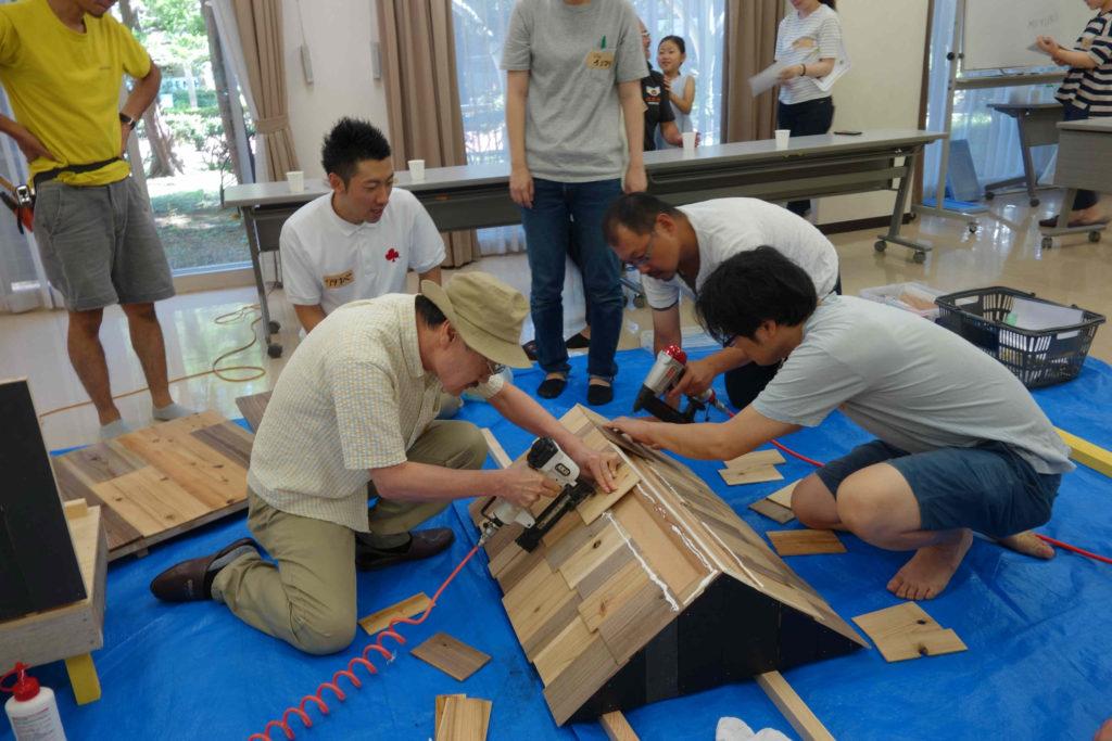木材を「鱗貼り」と呼ばれる方法で打ち付け、屋根を作っていきます